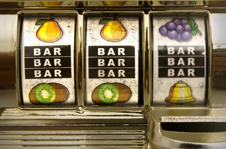 D'où vient le symbole BAR des machines à sous ?