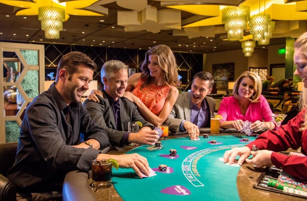 Joueurs de blackjack au casino
